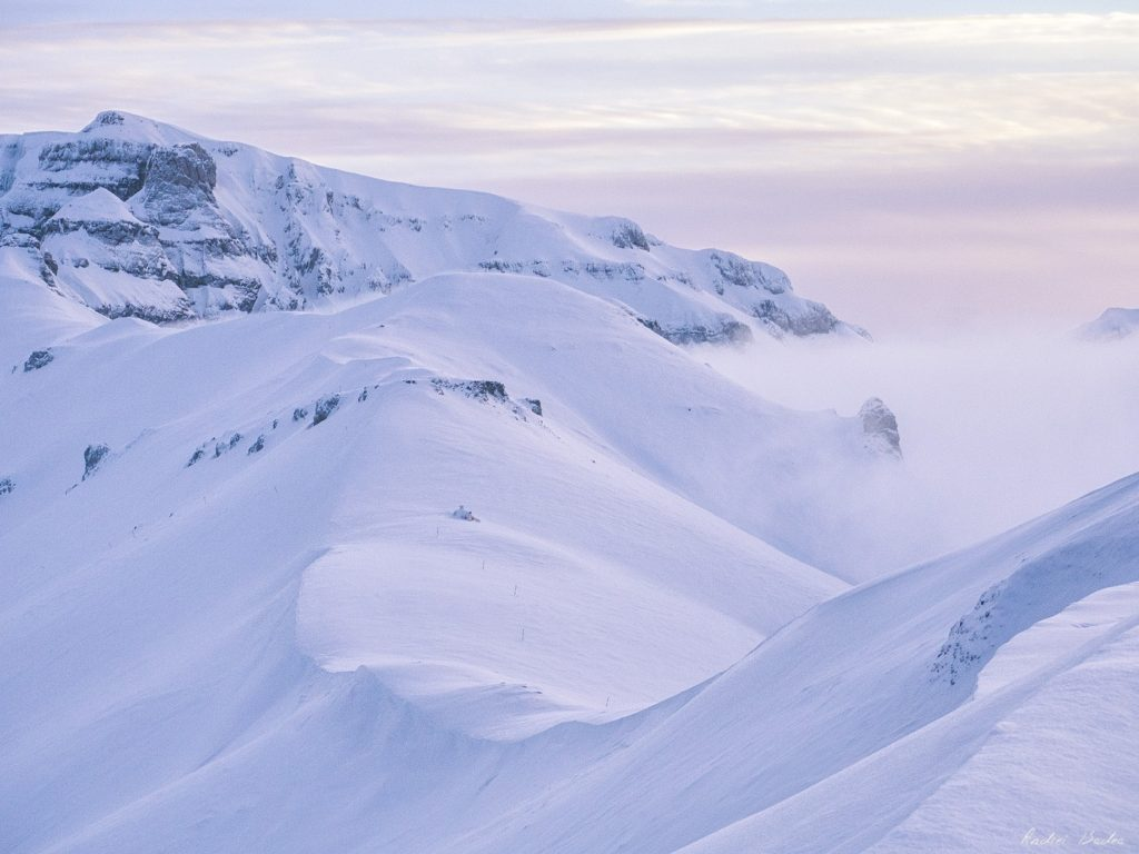 Două persoane, surprinse de o avalanșă în Bucegi
