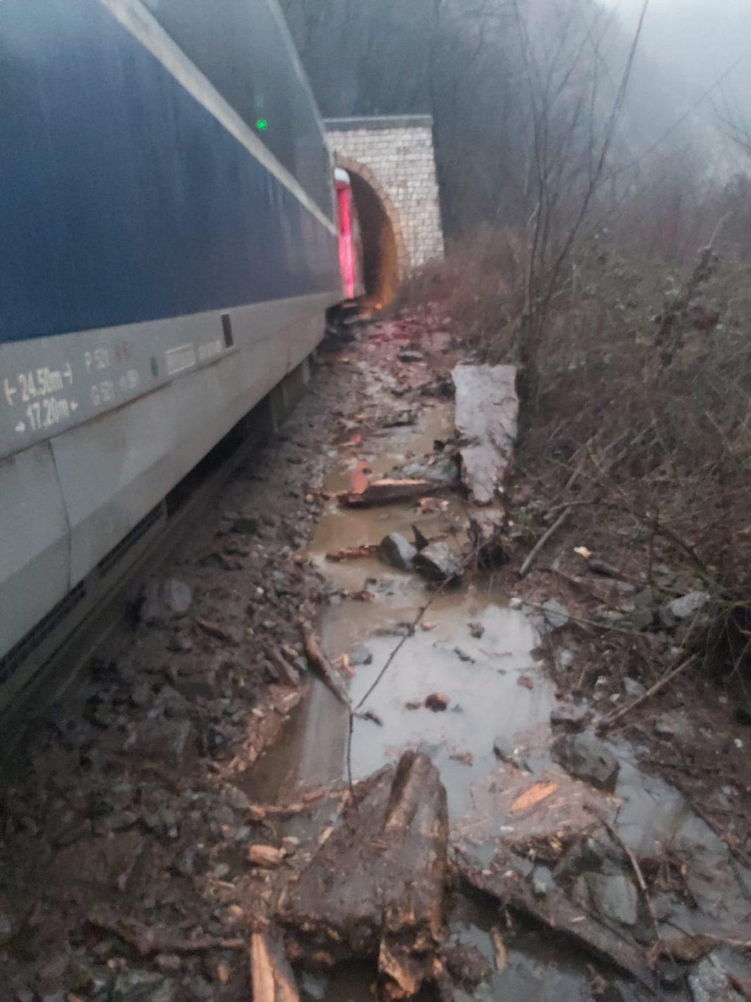 Traficul feroviar pe secția de cale ferată 202 este întrerupt între stațiile CF Lainici și Pietrele Albe după ce s-a fisurat șina