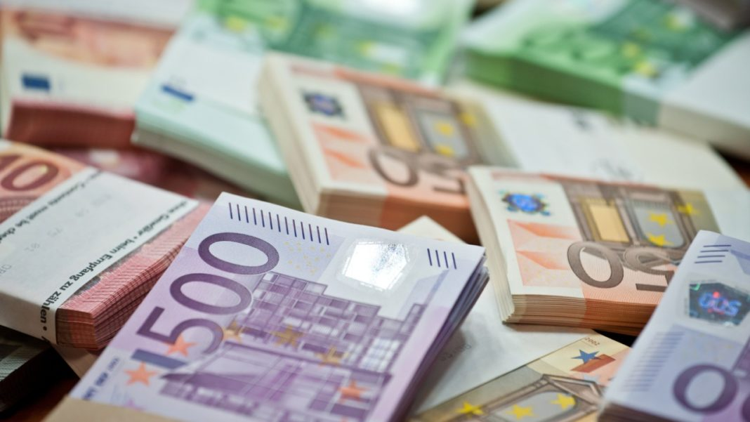 BNR a anunţat un nou maxim istoric pentru euro, care astăzi este de 4,8784 lei, în creştere cu 0,03% faţă de miercuri