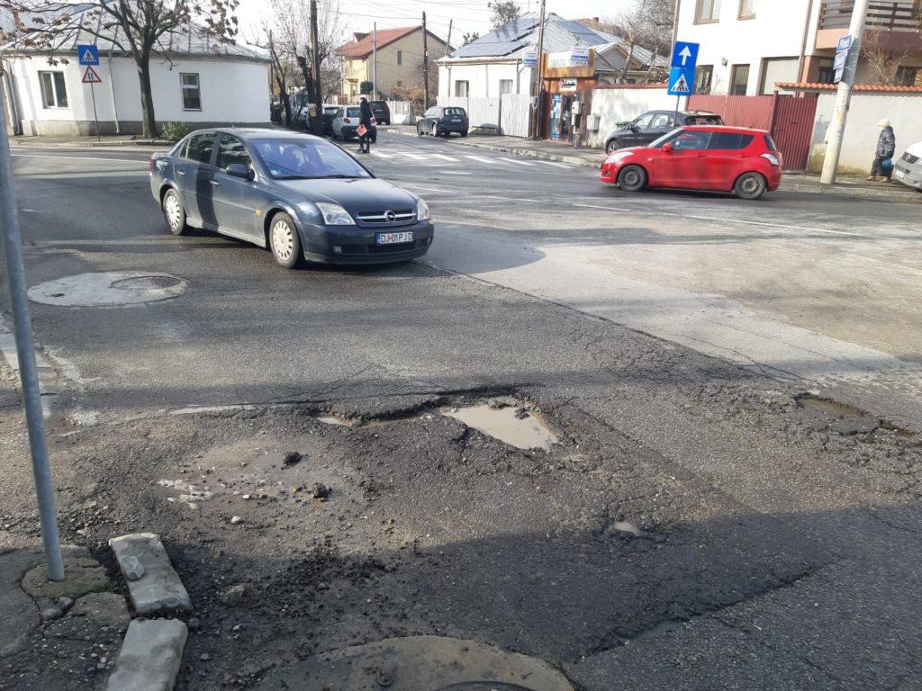 """Au apărut """"capcane"""" pe străzile Craiovei. Gropile din carosabil apărute după intersecția străzii Corneliu Coposu cu Ana Ipătescu, spre Biserica Ungureni"""