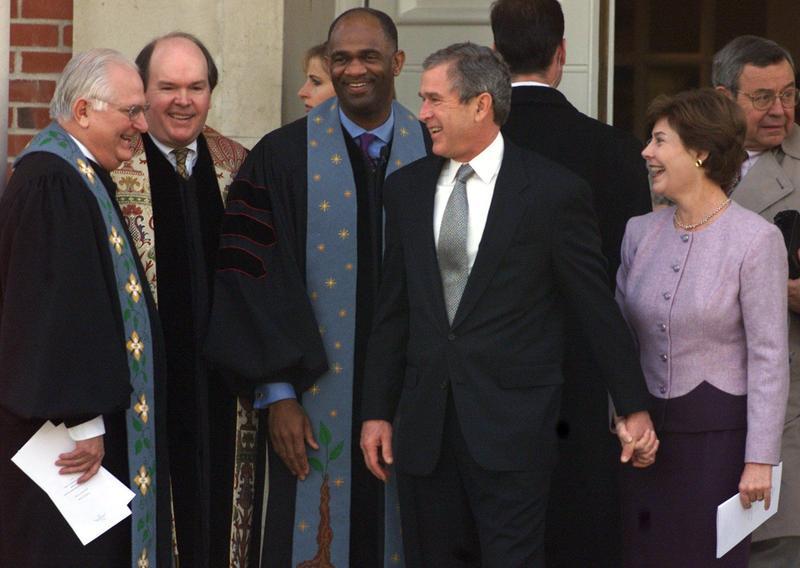 Pastorul Kirbyjon H. Caldwell (aflat în dreapta presedintelui Bush)