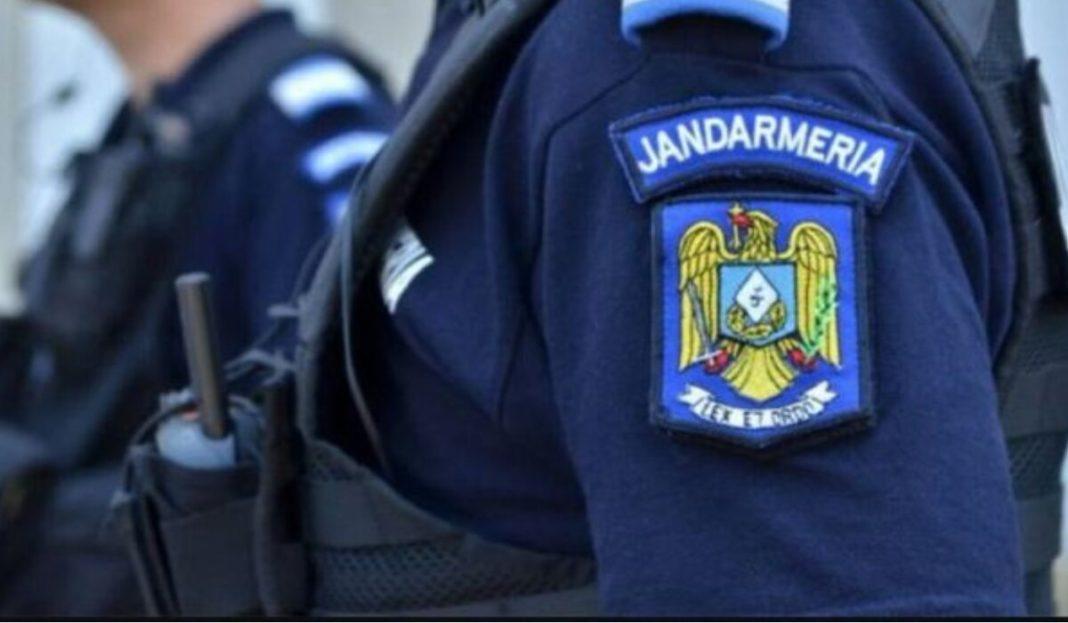 Un bărbat beat a fost amendat de jandarmi după ce s-a apucat să dirijeze traficul