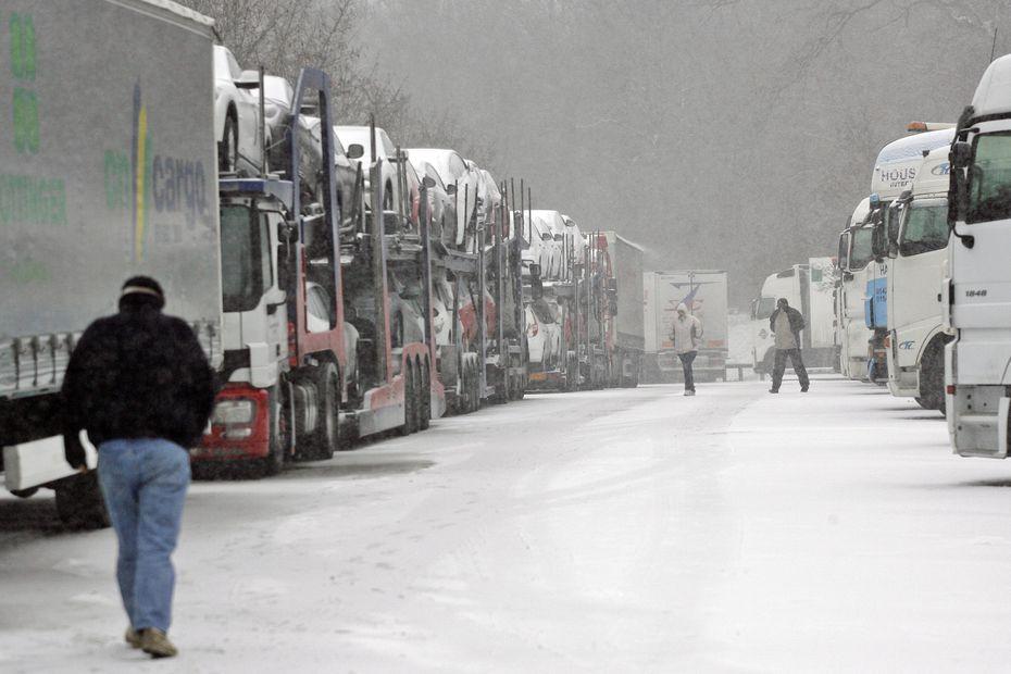 Migranți afgani găsiți aproape înghețați în camioanele unor români, în Franța și Germania