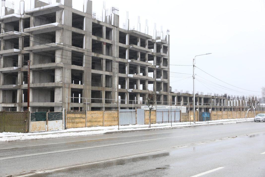 Cartierul de locuințe de pe strada Caracal din municipiul Craiova zace și în prezent în stadiul în care a fost abandonat de firma Shandong Ningjian, în primăvara anului 2017