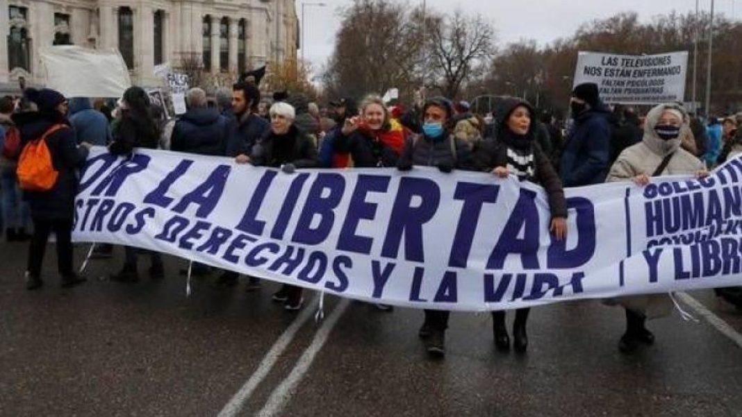 Proteste de amploare la Madrid: oamenii au ieșit în stradă împotriva restricțiilor Covid-19