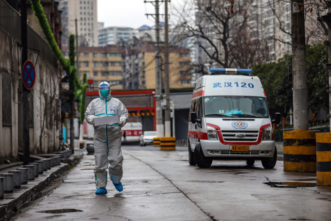 Medici chinezi din Wuhan filmați sub acoperire au declarat că și-au dat seama că noul coronavirus ar putea fi transmis de la om la om, dar autoritățile le-a spus să mintă