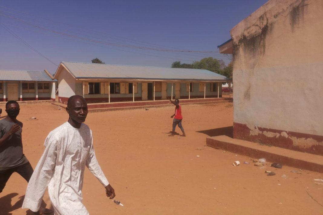 Atac într-o școală din Nigeria: Peste 300 de eleve au fost răpite