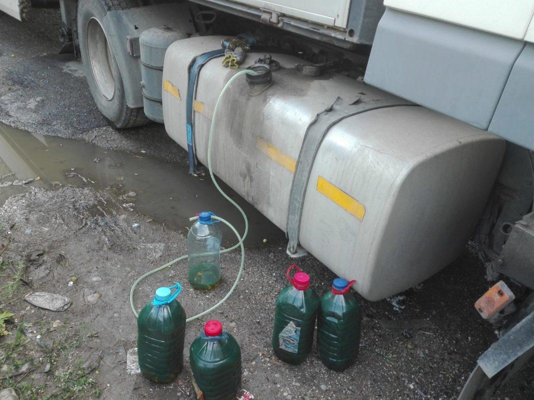 Un muncitor a sustras zeci de litri de motorină de la locul de muncă