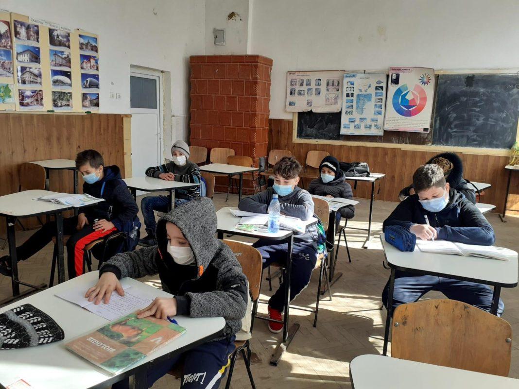 """Asociaţia Vasiliada continuă anul acesta implementarea în judeţul Dolj a proiectului """"Hai la şcoală!"""", derulat în parteneriat cu ISJ Dolj"""