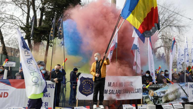 Polițiștii care au protestat cu fumigene în fața Palatului Cotroceni, amendați de jandarmi