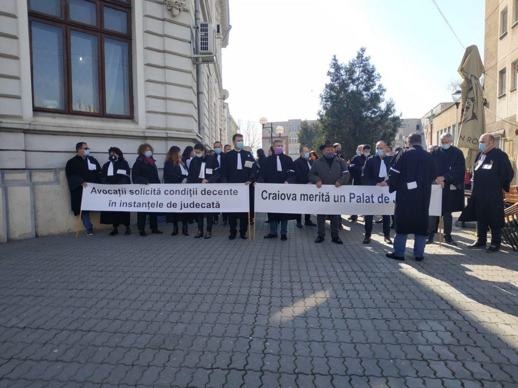 """Avocaţii din Dolj au protestat în faţa sediului Judecătoriei Craiova. Ei solicită realizarea """"într-un termen cât mai scurt"""" a Palatului de Justiție."""