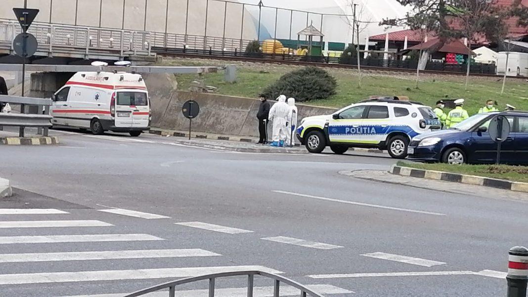 O ambulanță a Serviciului Județean Vâlcea a rămas blocată sub un pasaj