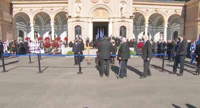 Mii de croaţi au participat la funeraliile primarului Zagrebului, sfidând restricţiile