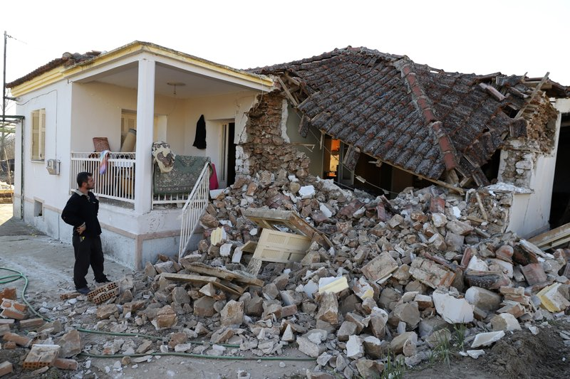 Trei răniţi şi zeci de case avariate de un cutremur în Grecia