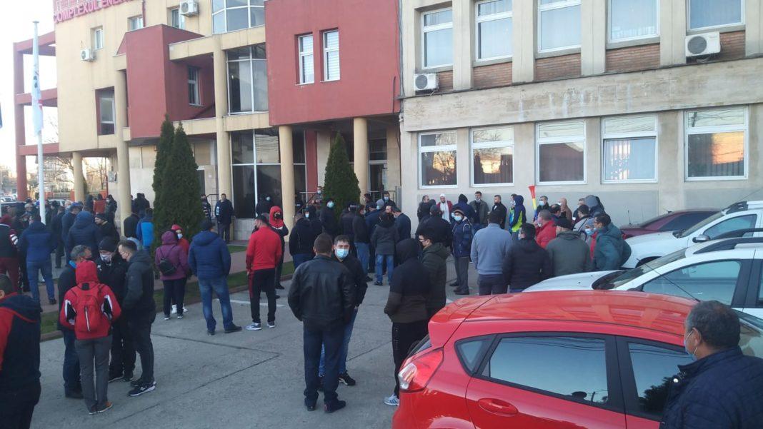 Târgu Jiu: Sute de persoane protestează în fața sediului CEO