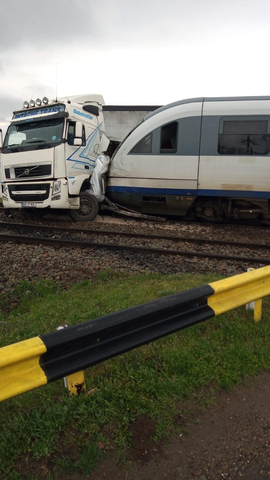TIR, lovit de două trenuri. Șoferul a scăpat ca prin minune