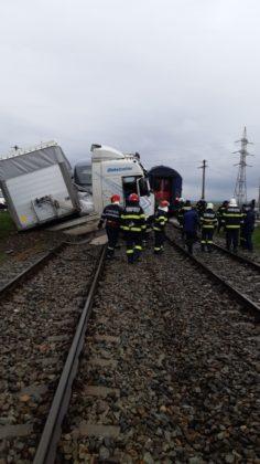 TIR, lovit de două trenuri
