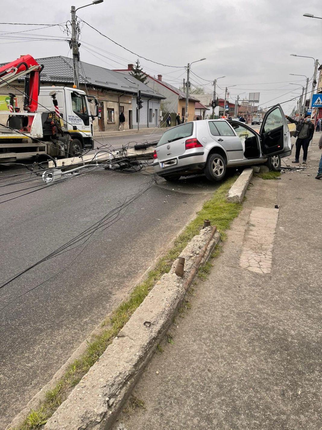 Un șofer băut a intrat cu mașina într-un stâlp, în Craiova