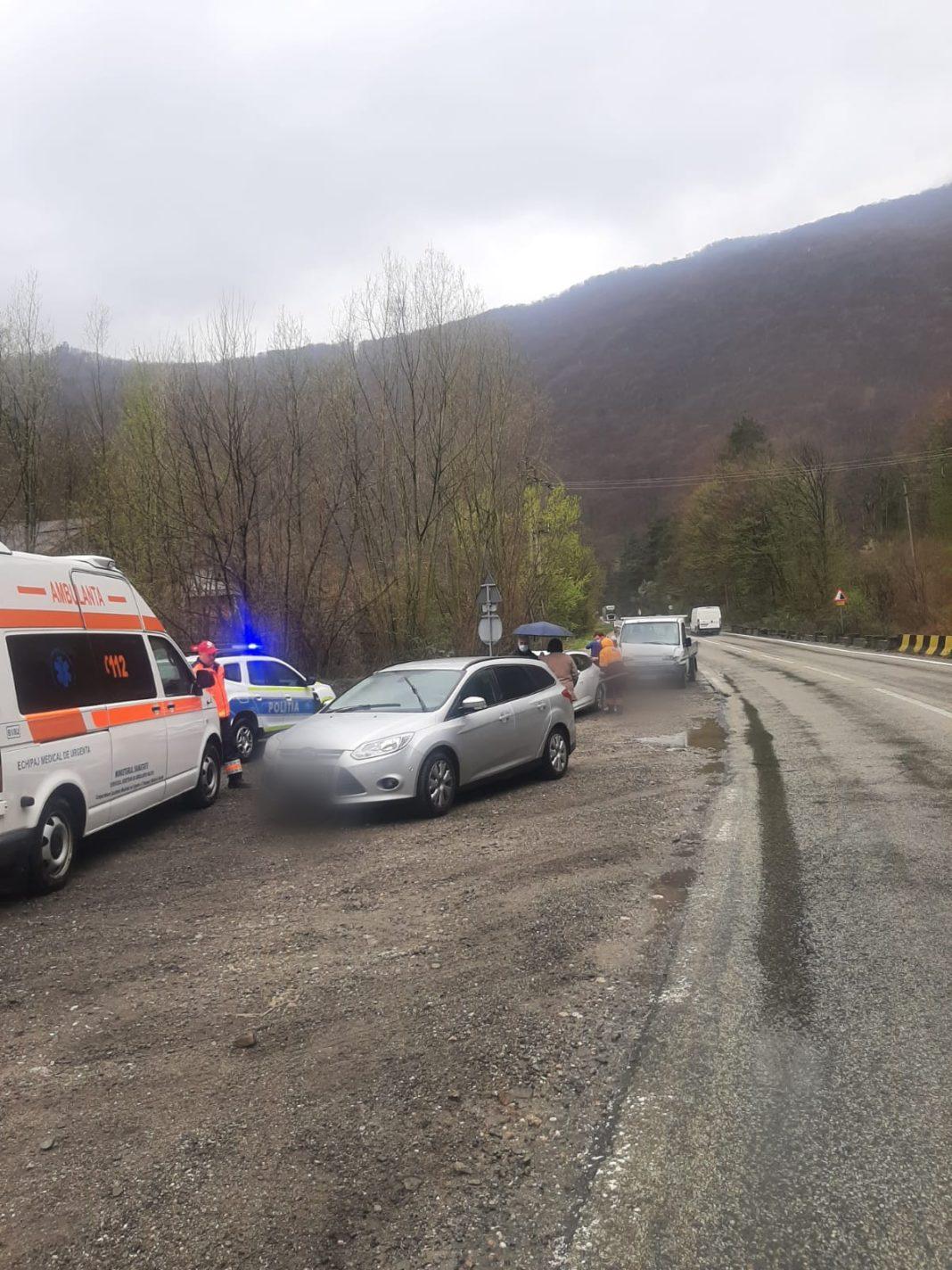 Vâlcea: Doi răniți după un accident între o autoutilitară și trei autoturisme