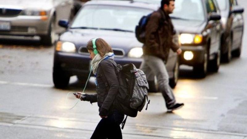Pietonii care se uită în telefon atunci când traversează strada ar putea fi amendați