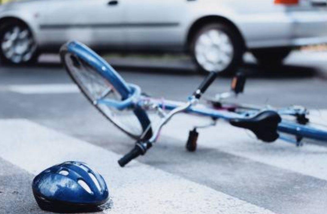 Biciclistă lovită de mașină în giratoriu