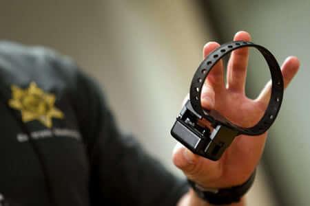 Monitorizarea agresorilor aflați în arest la domiciliu prin brățări electronice aprobată de Parlament