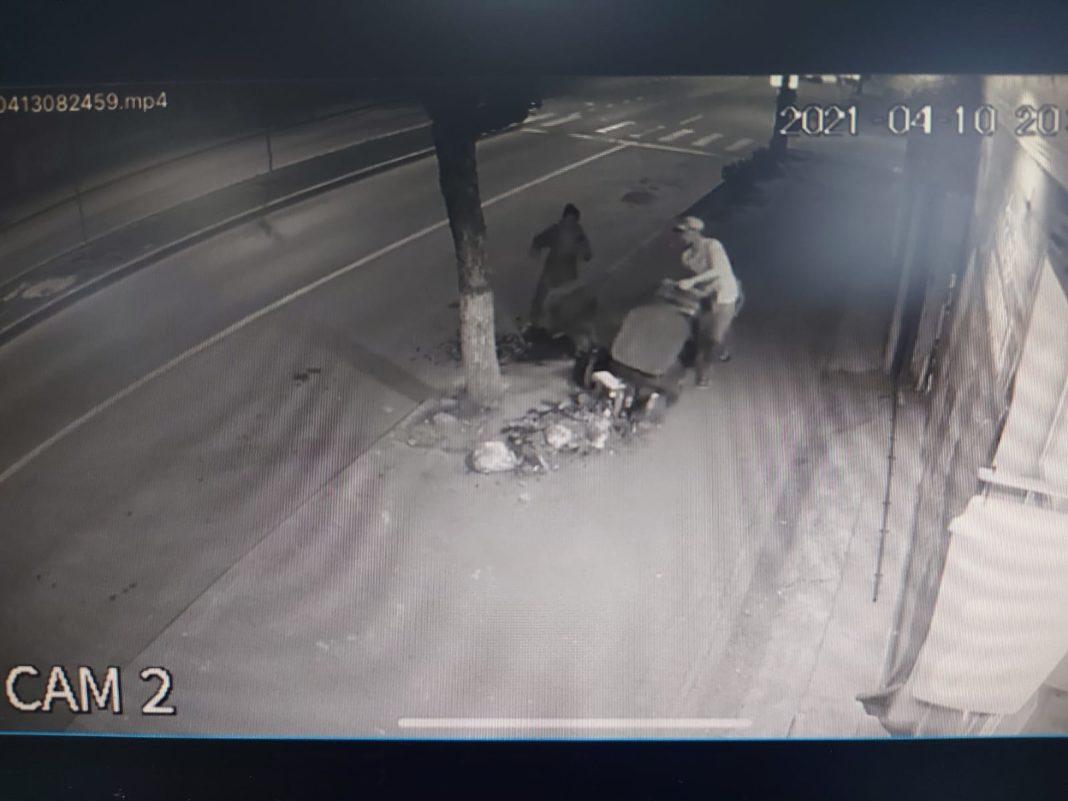 O femeie din Craiova a fost amendată după ce a aruncat gunoiul pe stradă. Ea a fost depistată după imaginile surprinse de o cameră de supraveghere.