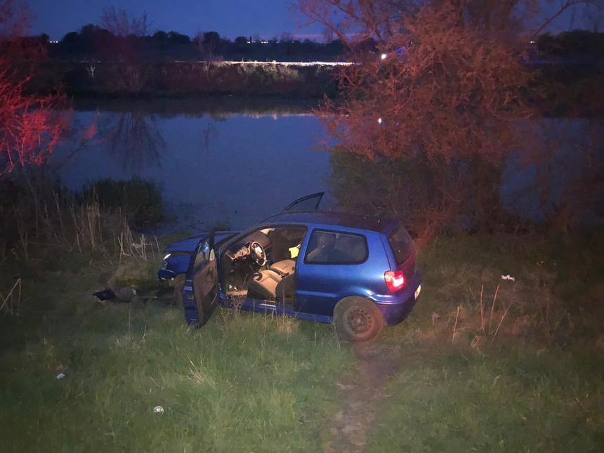 Un șofer fără permis și prietenul lui au sărit în râu, ca să scape de poliție