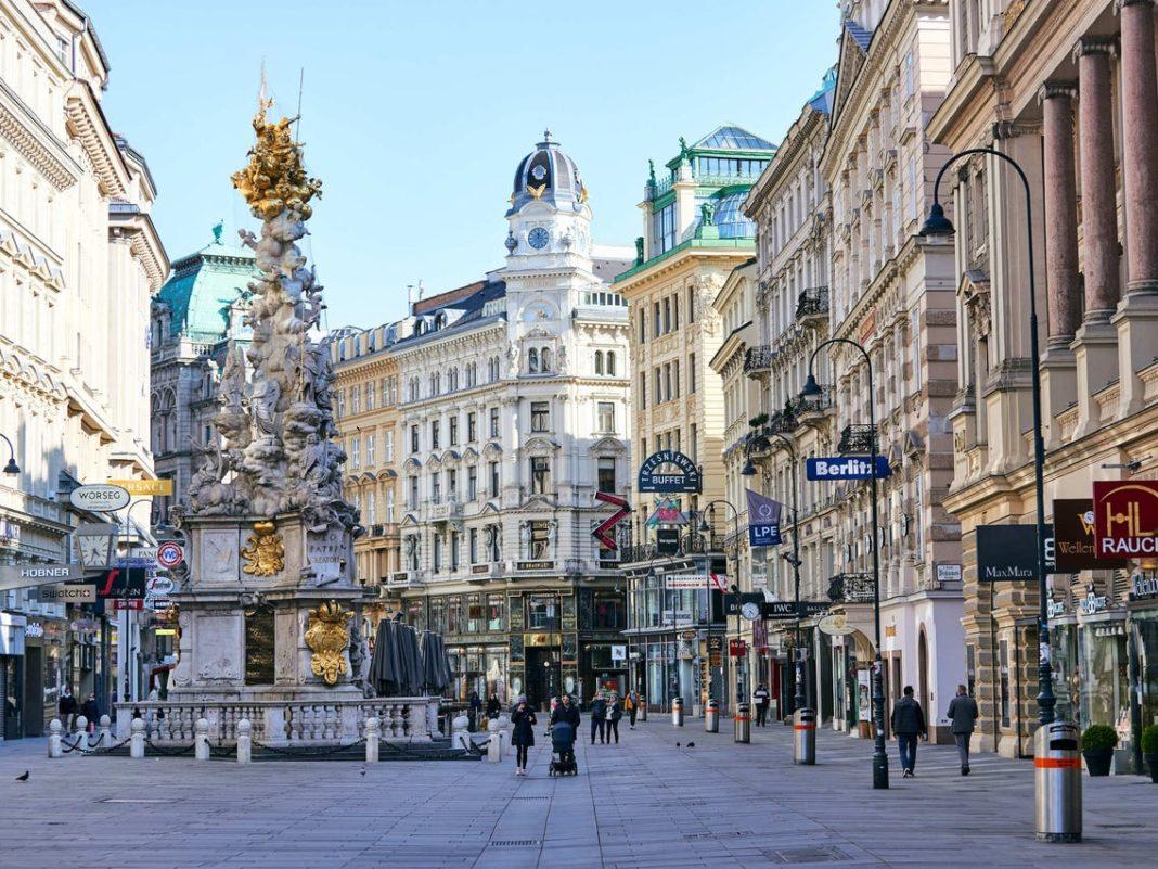 Viena redeschide de luni magazinele şi muzeele