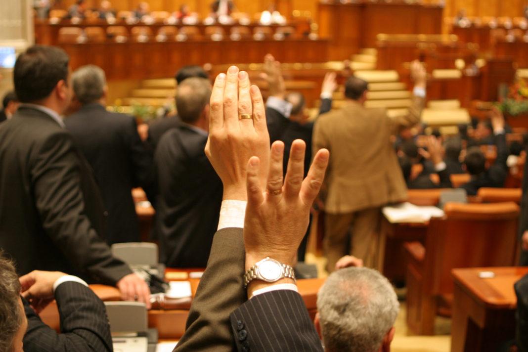 Camera Deputaţilor: Nu se va prescrie răspunderea penală a agresorilor în cazul infracţiunilor de sclavie, trafic de persoane, agresiune sexuală