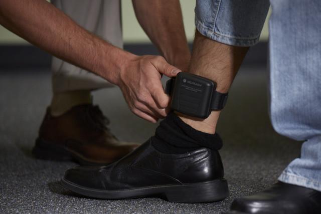 Legea prin care agresorii sub control judiciar vor putea fi supravegheați prin brățări electronice, promulgată