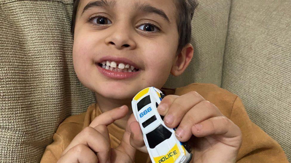 Un copil de 4 ani și-a salvat mama sunând la numărul de urgență scris pe mașina lui de jucărie