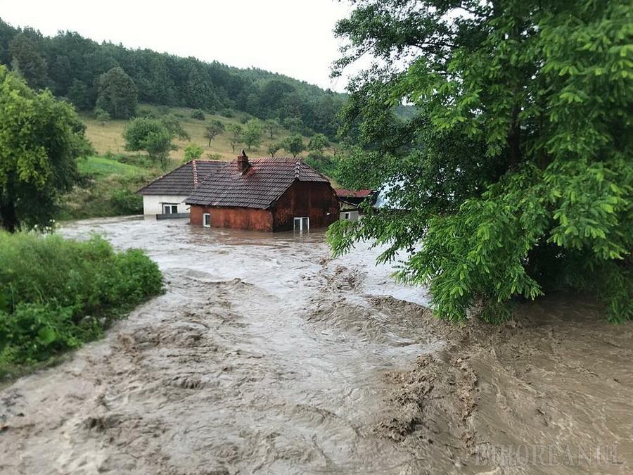 Ploi torențiale în jumătate de țară, inundații în Bihor