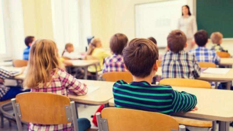 Elevii de clasa a IV-a susţin proba la Limba română din cadrul Evaluării naţionale