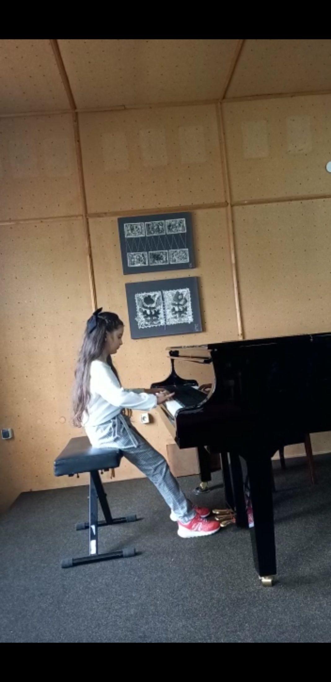 Adriana Ana Iacovu este elevă în clasa a III-a