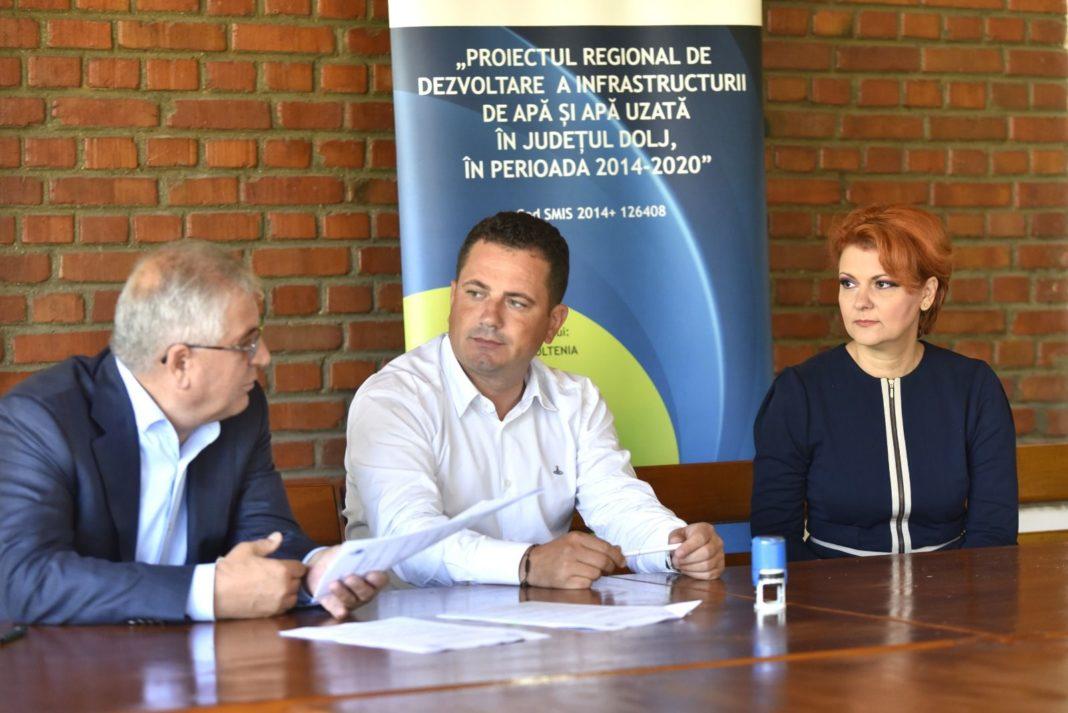 Lia Olguța Vasilescu, primarul Craiovei, Directorul general al Companiei de Apă Oltenia, av. Alin Șuiu și reprezentantul societății câștigătoare, Ion Erbașu
