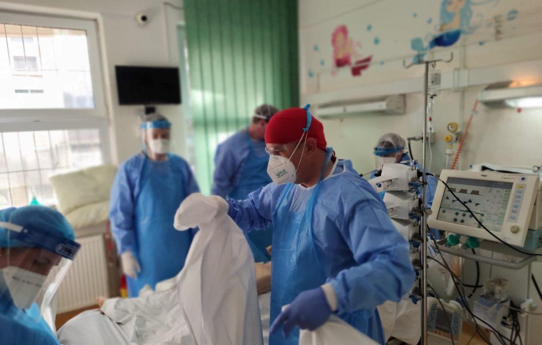 Infectările anterioare cu COVID-19 ar putea să nu ofere protecţie pe termen lung împotriva noilor variante îngrijorătoare