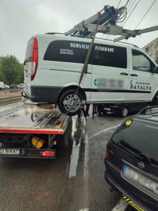 """(Galerie foto): A început """"acțiunea dricul"""" pe Calea București. Mașinile de pompe funebre, ridicate de Poliția Locală"""