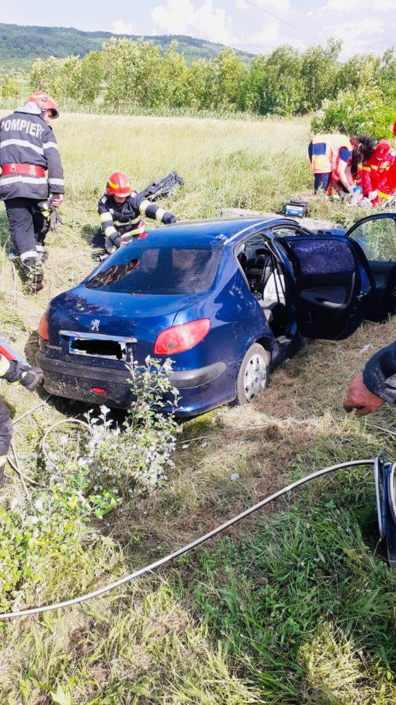Gorj: O șoferiță murit, iar fiicele gemene au fost rănite, după ce o mașină a intrat într-un cap de pod la Brănești