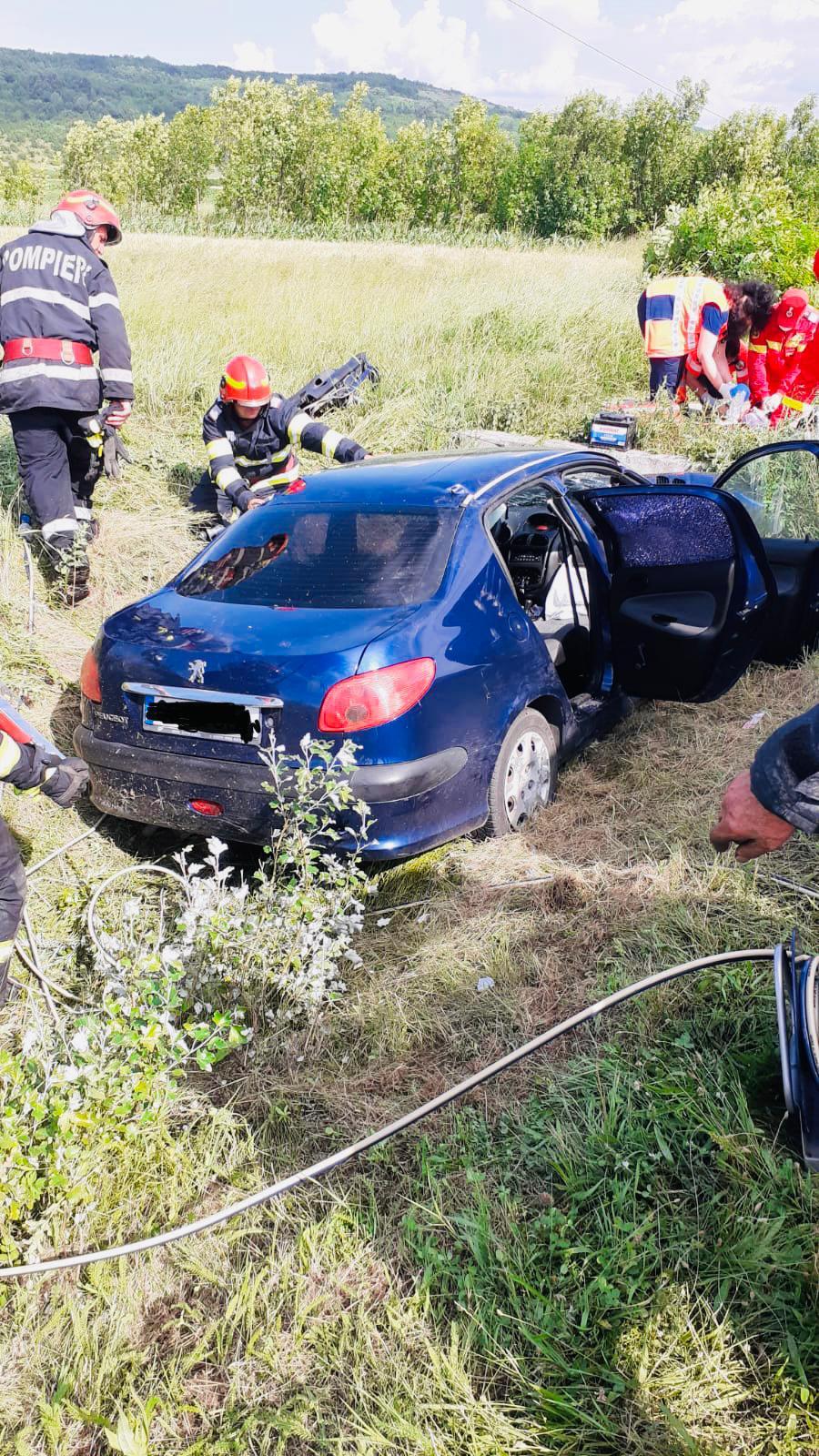 O șoferiță a murit, iar fiicele gemene ale acesteia, au fost rănite, după ce a intrat cu mașina într-un cap de pod, la Brănești