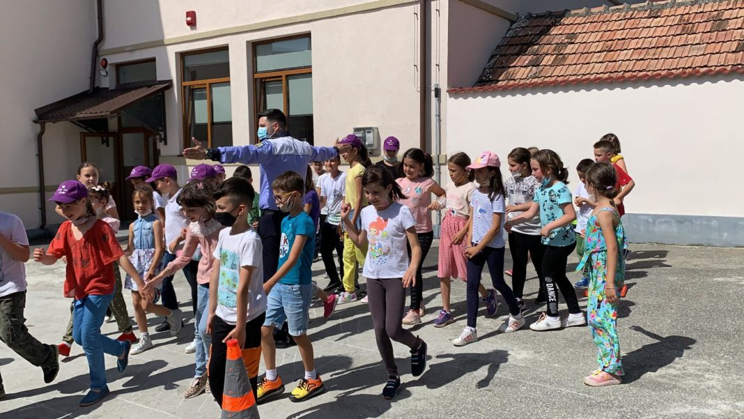 Polițiștii au fost prezenți în Râmnicu Vâlcea, în trei unități școlare, desfășurând activități informativ-preventive în rândul copiilor