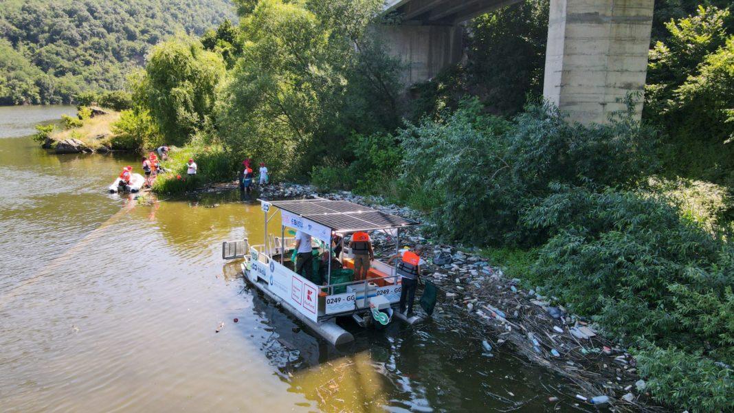 În total peste 110 de saci, însumând 900 kg de deșeuri, au fost strânși în 5 ore, de pe luciul de apă din golful Orșova