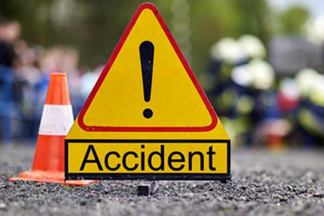 Doi tineri, răniți după ce mașina în care se aflau s-a izbit de o fântână la Cetate