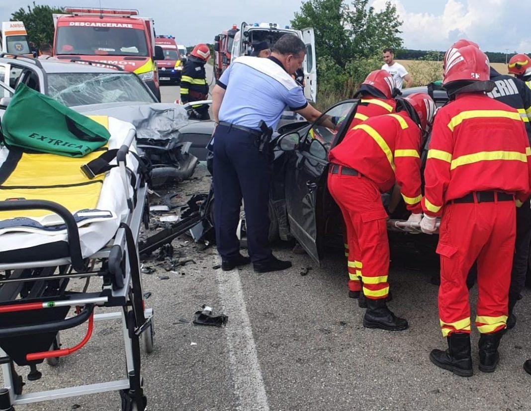 Trei persoane au fost rănite după după ce autoturismele în care se aflau au fost implicate într-un accident