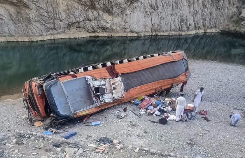 Un autobuz cu pelerini a căzut într-o prăpastie în Pakistan
