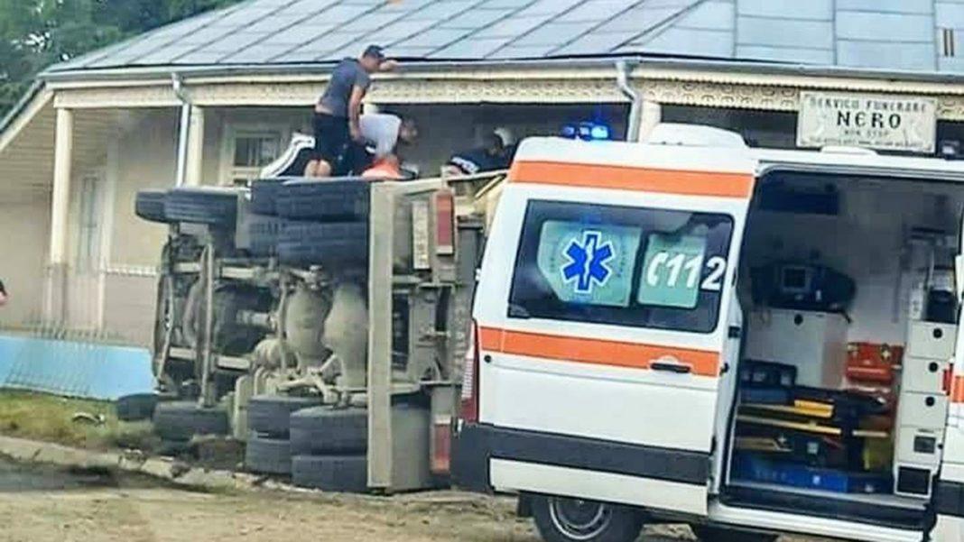 Șofer decedat după ce s-a răsturnat cu camionul cu pietriș