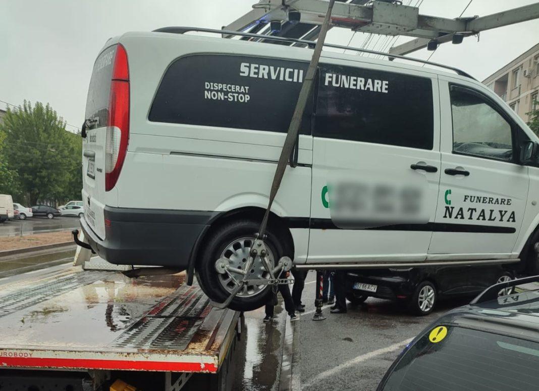 Patru autovehicule aparţinând firmelor de pompe funebre care își au sediul pe strada Calea București au fost ridicate de RAT, prin dispoziția Poliției Locale Craiova. Acţiunea a avut loc în contextul noului Regulament privind Calea Bucureşti, care interzice staţionarea dricurilor pe această arteră de circulaţie sau în parcările de reşedinţă ale blocurilor de la stradă.