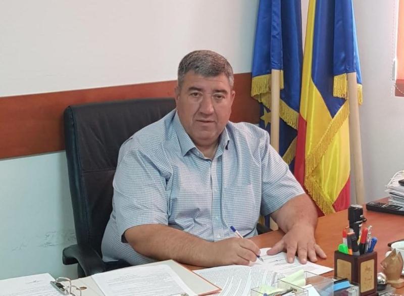 Primarul din Ştefănești, acuzat că a violat o fată de 12 ani, cercetat în libertate
