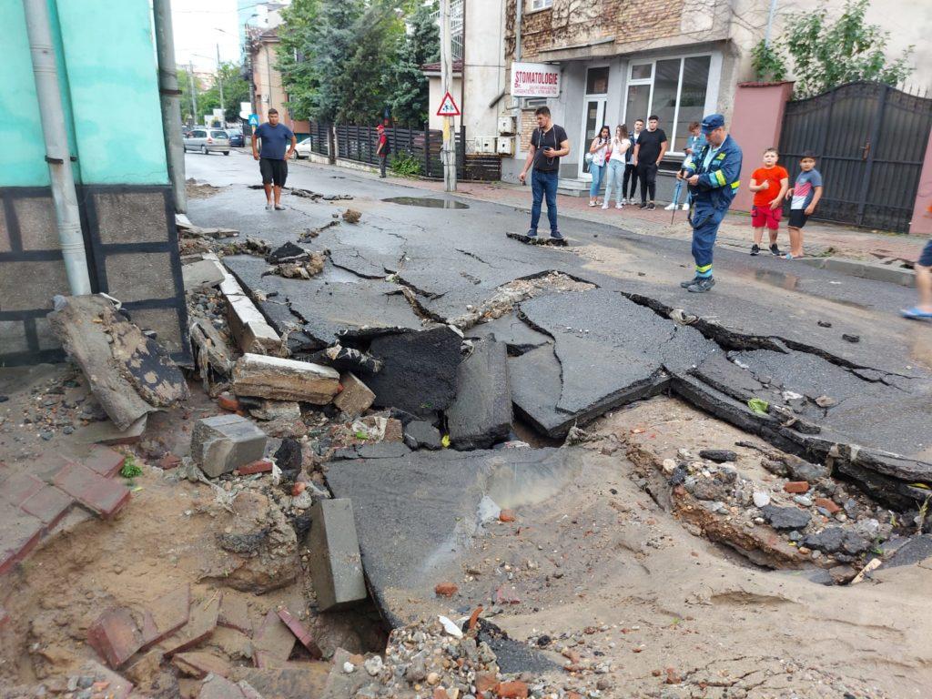 Craiova, sub ape! Străzi și case inundate, copaci rupți și autoturisme avariate