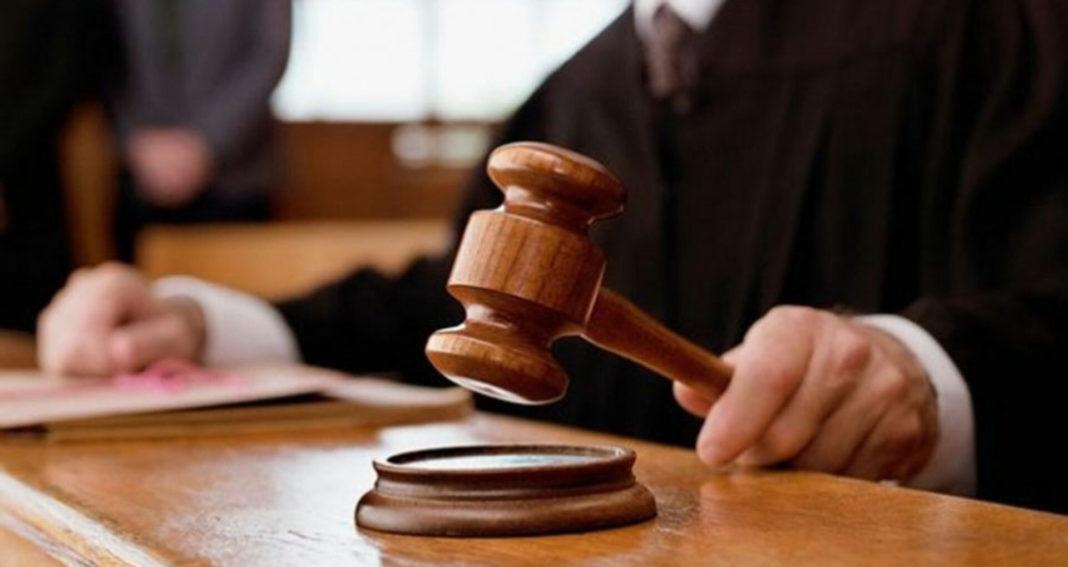 Doi foşti angajaţi ai Primăriei Bacău, trimişi în judecată pentru corupţie